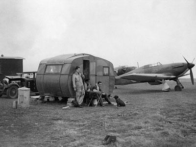 10. červenec 1940, piloti čekají u Hurricanu