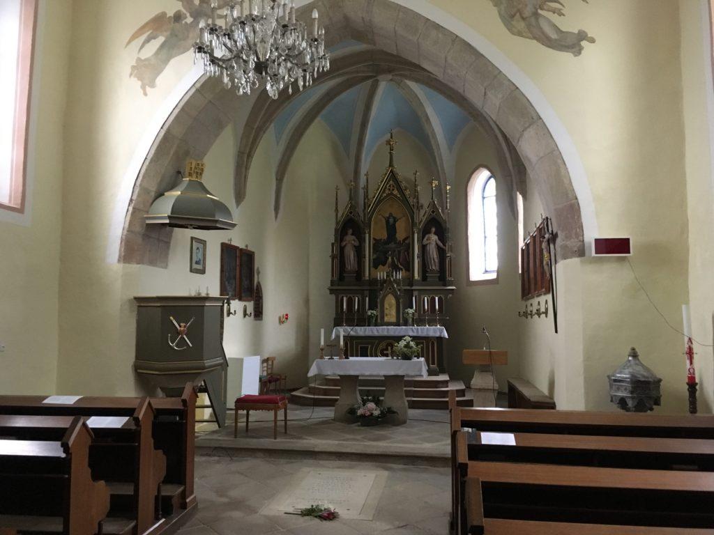 Kostel Nanebevzetí Panny Marie v Číhošti, oltář, kazatelna