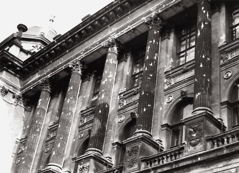 Stopy po kulkách na fasádě Národního muzea