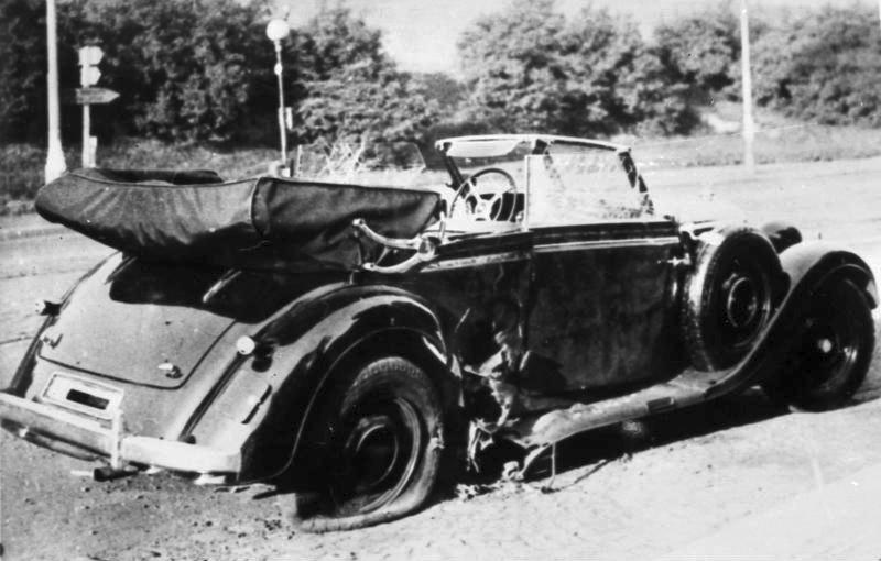 Výbuchem zničený Heydrichův vůz Mercedes-Benz W142