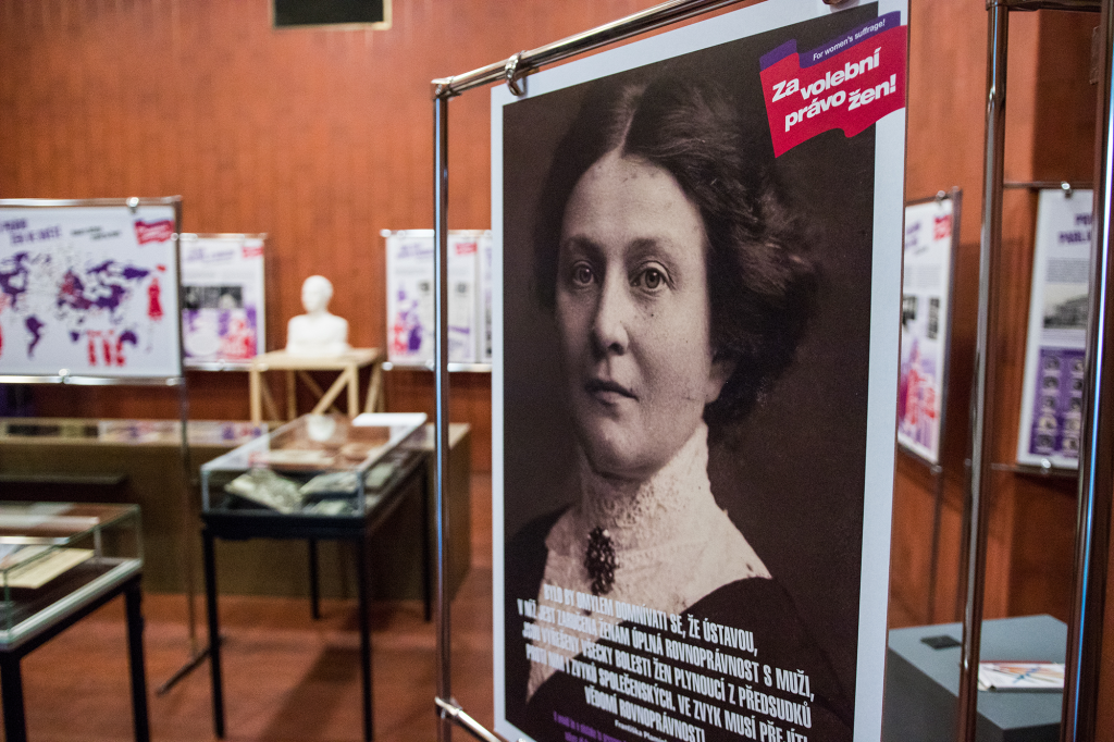 Vástava ústav a Archiv AV ČR a Filozofická fakulta UHK k této příležitosti uspořádaly výstavu nazvanou Za volební právo žen!